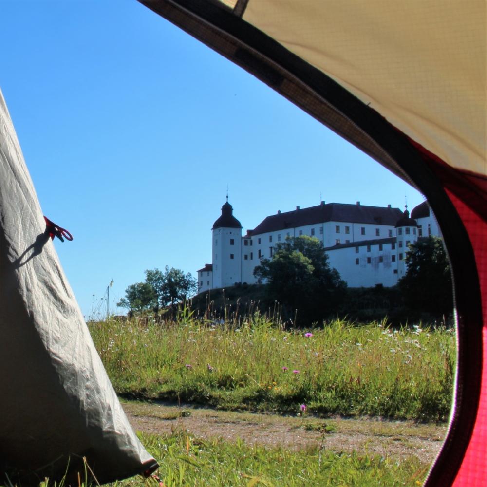Utsikt från ett tält mot Läckö Slott
